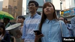 홍콩 입법회 의원에 당선된 식스투스 바지오 렁 의원(가운데)과 야우와이칭 의원(오른쪽)이 지난 6일 홍콩에서 열린 반중국 가두 시위에 가담했다. 중국은 지난 7일 친독립성향인 이들 의원당선자들의 의회 입성을 금지했다.