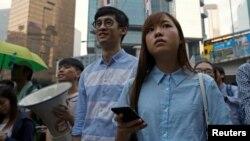 Anggota parlemen terpilih pro-kemerdekaan Baggio Leung (Tengah) dan Yau Wai-ching (kanan) ikut serta dalam unjuk rasa menentang apa yang mereka sebut campur tangan Beijin terhadap politik lokal dan aturan hukum. (foto: REUTERS/Tyrone Siu)