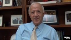 美中关系全国委员会会长欧伦斯接受美国之音采访。(美国之音方方拍摄)