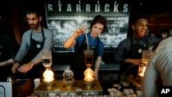 Zaposleni u Starbucksu pripremaju kafu u holu tokom godišnjeg sastanka dionirača te kompanije u Seattleu (Arhiv)