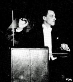Pencipta alat musik listerik theremin, Leon Theremin, memainkan instrumen itu dalam konser musik tahun 1924.