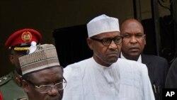 Le président sortant Muhammadu Buhari, au centre, quitte le siège de son parti après une réunion d'urgence avec des membres éminents du Congrès All Progressives (APC) à Abuja, au Nigeria, le 18 février 2019.
