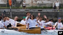 Paris mayor Anne Hidalgo rows a boat along the Seine river in an effort to promote the city's bid for the 2024 Olympics. (Martin Bureau, Pool via AP)