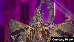 Elvira Devinamira, Puteri Indonesia 2014, dengan kostum nasionalnya yang terinspirasi oleh Candi Borobudur (Courtesy: Miss Universe)