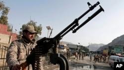守卫在阿富汗和巴基斯坦边界的托克汉姆过境点的阿富汗边防士兵。(资料照)