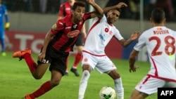 Mohammed Ounnajem, joueur du Wydad Casablanca face à Mohamed Benkhemassa, de l'USM Alger, au stade Mohamed V, à Casablanca, le 21 octobre 2017.