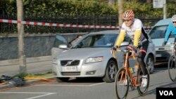 Ngoại trưởng Mỹ John Kerry đạp xe tại Geneva.