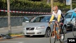존 케리 미국 국무장관이 지난 4월 스위스 제네바에서 자전거를 타고 있다. (자료사진)