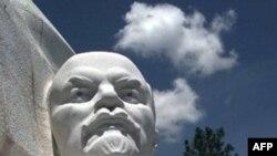 Памятник вождю взорван, но устоял