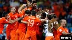 شادی بازیکنان تیم ملی فوتبال هلند پس از شکست تیم ملی کاستاریکا و صعود به مرحله نیمه نهایی جام جهانی ۲۰۱۴ برزیل