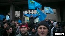 Warga Tatar Krimea, warga pribumi muslim di Ukraina saat menggelar aksi protes di luar gedung parlemen Krimea di Simferopol (26/2).