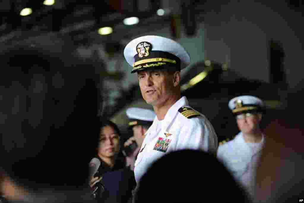 華盛頓號航母艦長勞斯曼11月9日接待47名中文傳媒記者﹐回答他們的問題