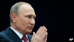 俄罗斯总统普京在莫斯科参加完叩应节目后向媒体做手势。(2017年6月15日)