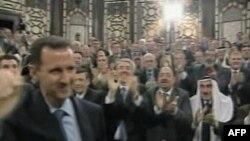 Башар Асад в окружении своих сторонников.