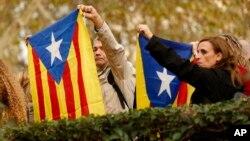 Des Catalans portent le drapeau de la Catalogne, le 2 novembre 2017.