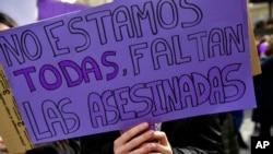 Seorang perempuan menunjukkan poster dalam unjuk rasa menentang kekerasan terhadap perempuan di Pamplona, Spanyol utara, 8 Maret 2020.
