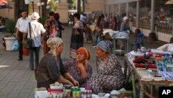 Street vendors talk at a market in Tashkent, Uzbekistan, Wednesday, Aug. 31, 2016. (AP Photo)