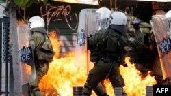 Yunanistan'da hükümetin kemer sıkma önlemlerine yönelik protestolar zaman zaman kontrolden çıkıyor