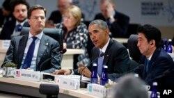 Tổng thống Barack Obama (giữa), hai bên là Thủ tướng Hà Lan Mark Rutte (trái) và Thủ tướng Nhật Bản Shinzo Abe, phát biểu trong phiên họp toàn thể khai mạc Hội nghị thượng đỉnh An ninh Hạt nhân, ngày 01 tháng 4 năm 2016, tại Washington.