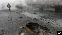 9일 우크라이나 동부 도네츠크에서 친러시아계 반군과 정부군 간의 충돌이 있은 후 차들이 망가지고 거리가 폐어있다.