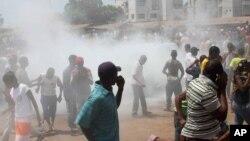 Pasukan keamanan Guinea menembakkan gas air mata ke arah demonstran oposisi dalam protes yang rusuh di Conakry, hari Kamis 18/4 (foto: dok).