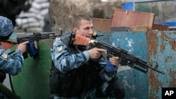 A Ukrainian special police unit takes position during a battle with pro-Russian separatist fighters at Slovyansk, Ukraine, May 31, 2014.
