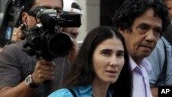 Yoani Sanchez y su esposo Reinaldo Escobar, dos de los activistas detenidos en La Habana, Cuba.
