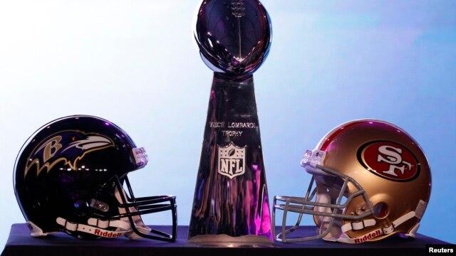 Nón của San Francisco 49ers và Baltimore Ravens bên chiếc cúp Vince Lombardi tại cuộc họp báo trước trận Super Bowl XLVII của NFL tại New Orleans, Louisiana, ngày 1/2/2013.