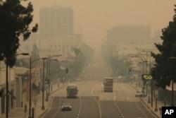 Asap dari kebakaran hutan di Pasadena, California, Sabtu, 12 September 2020.