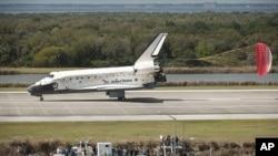 اسپیس شٹل ڈسکوری فلوریڈا میں ناسا کے کینیڈی سینٹر پر بحفاظت اترتے ہوئے