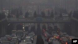 Xe cộ di chuyển trong làn khói mù dày đặc trên đường phố Bắc Kinh.