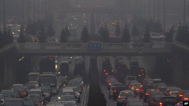 Xe chộ chạy trong khói mù ở Bắc Kinh.