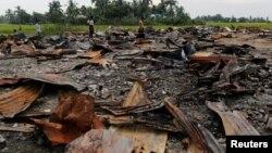 Sebuah pasar di desa Rohingya di pinggiran Maugndaw, Rakhine yang dibakar habis 27 Oktober lalu (foto: dok).