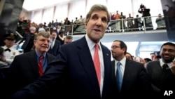 美國國務卿約翰克里上任首天在國務院與職員會面