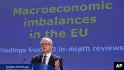 10일 벨기에 브뤼셀에서 스페인과 슬로베니아의 경제 문제에 관해 기자회견을 하고 있는 유럽집행위원회 의원.