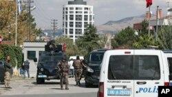 21일 터키 앙카라의 이스라엘 대사관 앞에서 흉기를 휘두른 공격범이 경찰의 총에 맞은 후 체포됐다.
