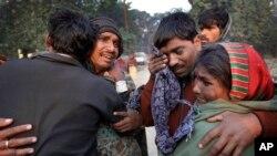 11일 인도 알라하마드 시에서 압사한 사망자들의 유가족들.