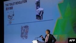 """Pendiri Microsoft, Bill Gates, berpidato dalam pameran """"Reinvented Toilet Expo"""" di Beijing, Selasa, 6 November 2018."""