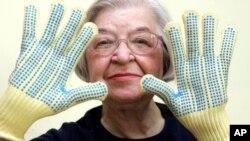 Stephanie Kwolek mengenakan sarung tangan berbahan Kevlar yang ia ciptakan (2007).