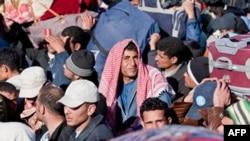 Các cửa khẩu biên giới Libya đã quá tải với hàng ngàn công nhân di dân đang tìm cách bỏ chạy lánh nạn