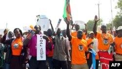 Người dân Sudan làm tắc nghẽn các đường phố của thủ đô Juba miền Nam khi tuần hành ủng hộ cuộc trưng cầu dân ý, 09/12/2010