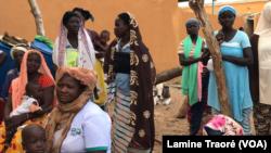 Des déplacés d'Arbinda, une localité du Sahel, à Dori, le 7 octobre 2019 (VOA/Lamine Traoré)