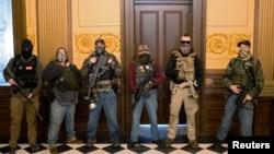 ARHIVA - Paravojna grupa u kojoj je Pit Muziko, koji je 8. oktobra 2020. uhapšen zbog zavere da se kidnapuje guvernerka Mičigena, okupirala je zgradu državne skupštine za vreme protesta zbog vladinih mera protiv pandemije, 30. aprila 2020.