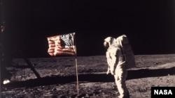 美国宇航员登陆月球(资料照片)