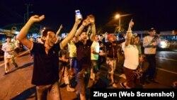 Tài xế vui mừng sau khi Thủ tướng Nguyễn Xuân Phúc ra lệnh dừng thu phí ở trạm BOT Cai Lậy vào ngày 4/12/2017. (Ảnh chụp màn hình từ trang Zing.vn)