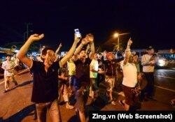 Tài xế vui mừng sau khi Thủ tướng Nguyễn Xuân Phúc ra lệnh tạm dừng thu phí ở trạm BOT Cai Lậy.
