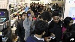 11月23日,顾客在美国费城的百思买抢购折扣商品