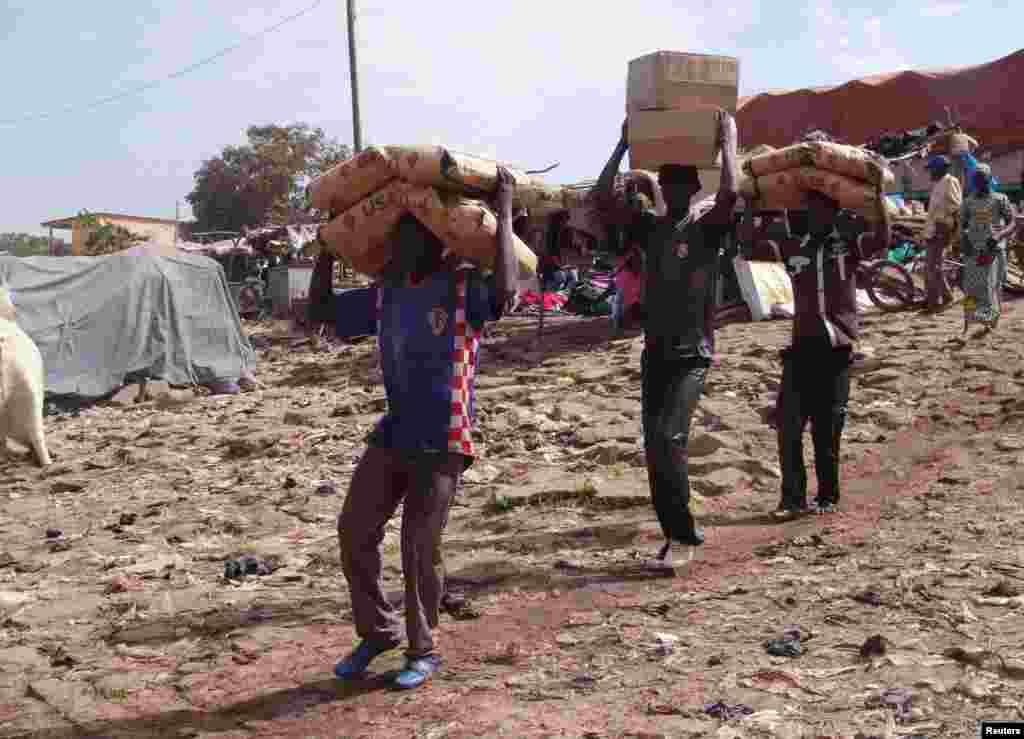 2013年2月4日马里莫普提地方的一些人将人道救援食物抬上船。
