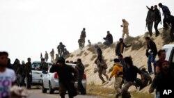 'Yan tawayen Libiya kenan ke yin ta kansu a sa'ilinda dakarun Gaddafi ke zafafa hare-hare a kansu.