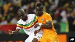 Ismael Tioté (9) de la Côte d'Ivoire en duel avec Bakare Traor du Mali lors d'un match de football des demi-finales de la Coupe d'Afrique des Nations au stade Stade de L'Amitié, à Libreville Gabon, 8 février 2012.